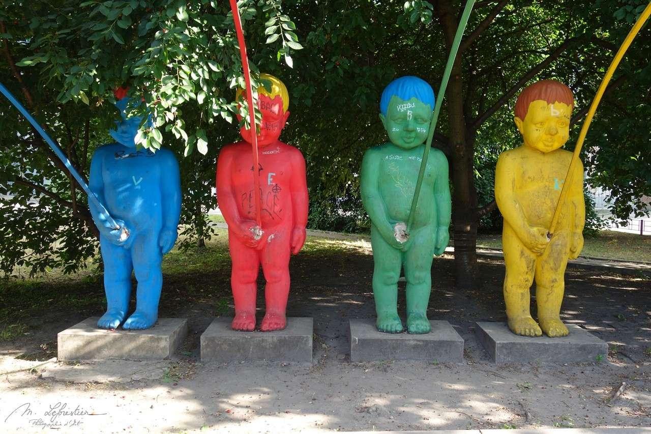 Ukraine: see the peeing statues in Kiev
